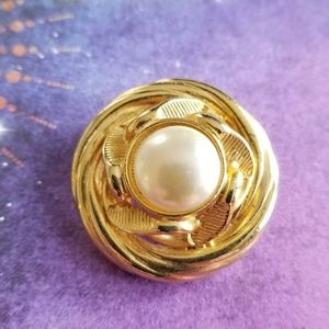 Vintage pearl center brooch gold tone